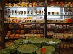 ショップには、ファイヤーキングやフェデラルなど、アメリカのミルクガラス製ヴィンテージ食器が、所狭しと並んでいます。