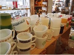 ファイヤーキングやパイレックスのミルクガラスマグは、どこか懐かしくキュートなデザインで女性に人気が高いもの。