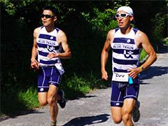 2013年は、5月に新島トライアスロンに出場し、総合5位でフィニッシュ。右側が遠藤さん。