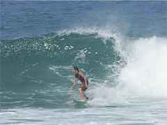 21歳の時から今でも年に1、2度行くというバリ島で波をとらえた古鍛冶さん。バリの波は形が良く乗りやすいのだという。